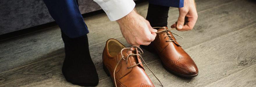 chaussures à un homme